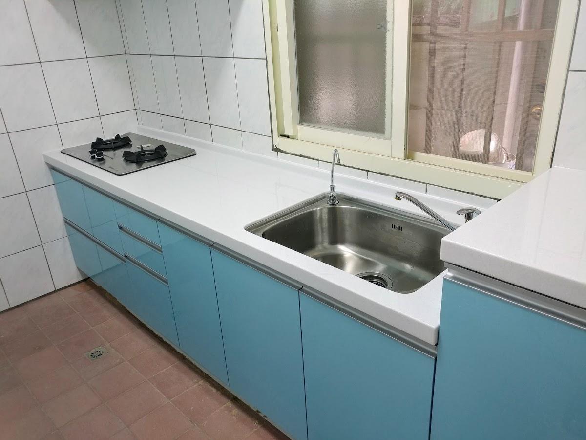 白色皇家人造石檯面搭配藍色美耐門廚具 E018 ukikit.com